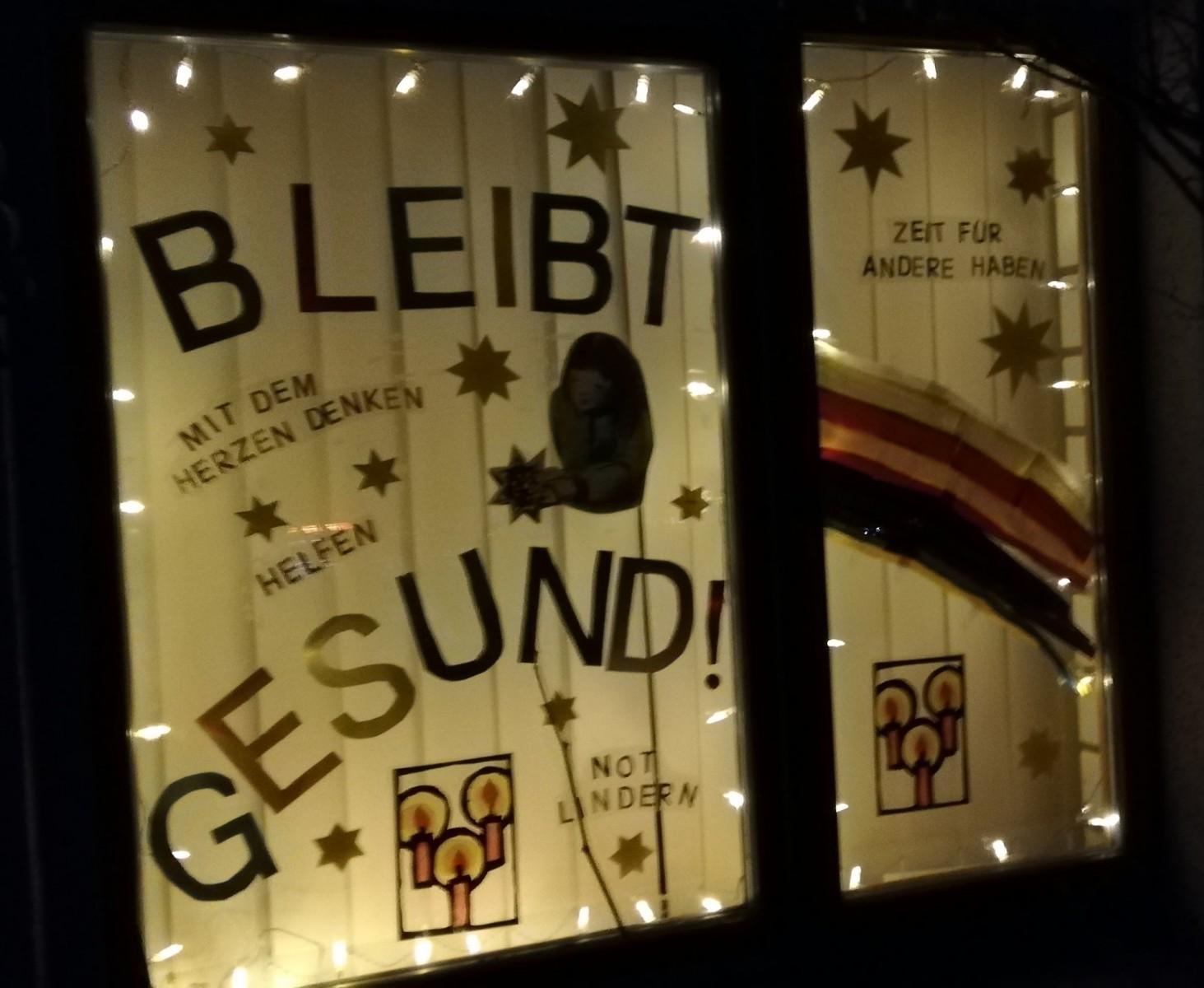 Adventsfenster bei Nacht